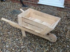 How to Build a Planter Box Wheelbarrow. Modern construction wheelbarrows are relatively inexpensive, durable, and easy to use. But if you're looking for a more rustic, a decorative wheelbarrow, for use as a planter box or to display. Kids Woodworking Projects, Woodworking Shop Layout, Green Woodworking, Unique Woodworking, Woodworking Toys, Japanese Woodworking, Popular Woodworking, Diy Planter Box, Wood Planters