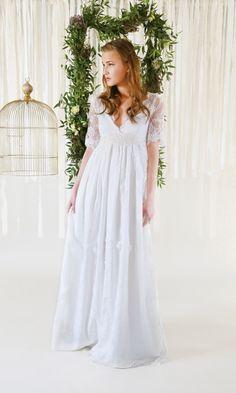 mona berg Kollektion 2017, Larissa. Das Brautkleid ist für Bräute in anderen Umständen oder für eine Frau die ein paar Pfunde wegmogeln möchte. Das Kleid ist aus weicher Raschelspitze gearbeitet und wirkt besonders aufregend im Oberteil  und Armbereich.