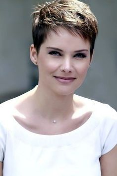 Pixie Haircut Styles - Short Pixie Haircuts - Hottest Pixie Cuts - Pixie hairstyles - pixie haircut for round face - how to style a pixie haircut? Short Layered Haircuts, Short Hairstyles For Thick Hair, Short Hair With Layers, Short Hair Cuts For Women, Pixie Hairstyles, Layered Hairstyles, Hairstyles 2016, Everyday Hairstyles, Ladies Hairstyles