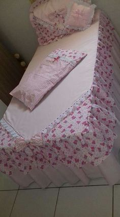 Colcha de cama Bed Cover Design, Pillow Design, Sewing Pillows, Diy Pillows, Bed Covers, Cushion Covers, Bed Sheet Painting Design, Designer Bed Sheets, House Plants Decor