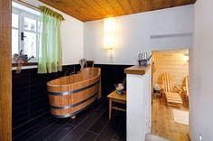 Inspirací ke kádi u sauny byly staré dubové vany v lázních Jeseník.