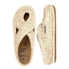 Estos zapatos están hechos a mano con una sola trenza de yute que da vueltas so.illetes natural - Best Of Likes Share// natural illetes, handcrafted shoes from PlaVery Cute Fall / Winter Shoes. These Shoes Will Look Good With Any Outfit.Off white shoes Fall Winter Shoes, Summer Shoes, Shoe Boots, Shoes Sandals, Flats, Fashion Magazin, Crochet Shoes, Comfy Shoes, Hiking Shoes