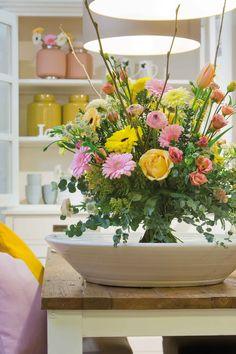 Wonderful gerbera bouquet in a big white plate #whitegerberas #pinkgerberas #yellowgerberas #inspiration #colouredbygerbera #dutchgerbera
