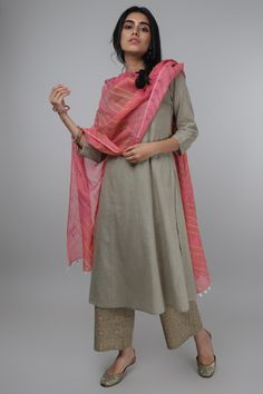 Beat the heat with are newly designed plain basic kurtas. This Kurta has a slim cut. Silk Kurti Designs, Kurti Designs Party Wear, Ethnic Outfits, Indian Outfits, Fashion Outfits, Indian Attire, Indian Ethnic Wear, Indian Designer Suits, Indian Designers