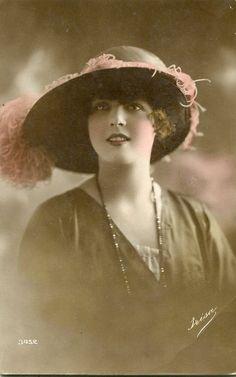 Plus Size / toutes tailles / Alteration Fashion Couture sur-Mesure Québec, Dans ces année 1900s, beaucoup de femmes portaient des chapeaux...
