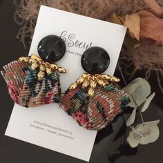 ブラックカボション×タッセルのピアス Fabric Earrings, Jewelry Design Earrings, Fabric Jewelry, Bead Earrings, Jewelry For Her, Cute Jewelry, Resin Charms, Nail Accessories, Bead Crafts