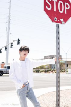 Naver x Dispatch has released new, summery photos from BTS's trip to Las Vegas. when BTS traveled to Las Vegas for the 2019 Billboard Music Awards. V Taehyung, Jimin, Bts Bangtan Boy, Foto Jungkook, Foto Bts, Bts Photo, Daegu, K Pop, Billboard Music Awards