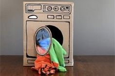 """Einfach, günstig und genial: So bauen Sie eine Waschmaschine aus einem Pappkarton für kindliche Rollenspiele a la """"Mutter, Vater, Kind""""."""