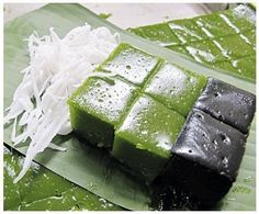 Thai Desserts: ขนมเปึยกปูน (Kanhom-Piak-Poon) One of my favorites, They have sticky jelly texture and not too sweet. The natural color from Pandan and Coconut husks Asian Desserts, Sweet Desserts, Delicious Desserts, Dessert Recipes, Asian Cake, Laos Food, Thai Dessert, Thai Dishes, Food Obsession