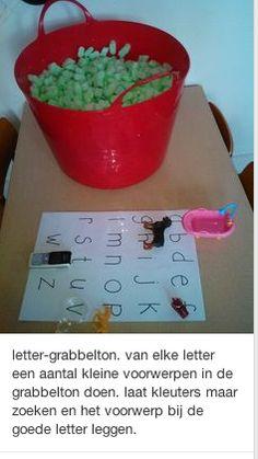 Een grabbelton waarin verschillende voorwerpen zitten die met bepaalde letters beginnen. De leerlingen grabbelen een voorwerp uit de ton en leggen dit bij de juiste begin-letter. Dit is een leuk spelletje om te doen in het 1ste leerjaar. Telkens kunnen er nieuwe voorwerpen ingestoken worden aan de hand van de nieuw geleerde lettertjes.