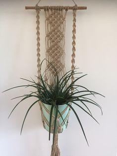 Mooie plantenhanger/muurdecoratie gemaakt van natuurlijke jute (MacrameMadeByMe).
