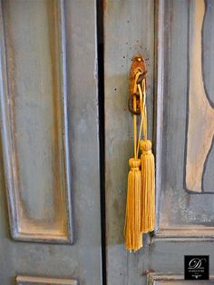 Στοιχεία ανάμεικτα, επιρροές από τα φημισμένα έπιπλα provenzale (Προβηγκίας), από τη γαλλική Art Nouveau, αλλά και απ' τη φινέτσα της Iταλικής πατίνας.