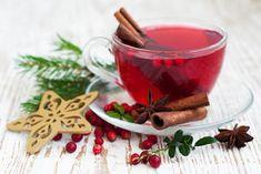 Süße Beeren schwimmen schaukelnd in Rotwein. Zimtduft vollendet diesen herrlichen Beerenpunsch, der besonders im Winter gut schmeckt.