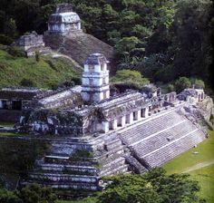 Palenque. México. Palenque es una ciudad maya, que se encuentra en lo que hoy es el municipio de Palenque, ubicado en el estado mexicano de Chiapas, cerca del río Usumacinta. Es uno de los sitios más impresionantes de esta cultura. En comparación con otras ciudades mayas, se la considera de tamaño mediano: menor que Tikal o Copán, destaca por su acervo arquitectónico y escultórico.