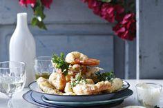 gekruide, gefrituurde garnalen en vis met aioli