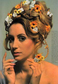 Beautiful look. Flowers In Hair! Hj History, Moda Retro, Retro Hairstyles, Senior Hairstyles, Beehive Hairstyles, Festival Hairstyles, Spring Hairstyles, Hairspray, Up Girl