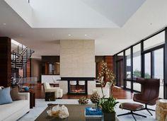 salon marron beige, cheminée moderne en dalles beiges et fauteuil design en marron