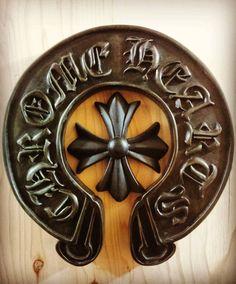 先日完成した家の施主様がクロムハーツファンという事で新築祝いに #woodcross #woodworks #woodwork #woodworking #woodcarvings #woodcarving #woodobject #woodobjects #woodsign #handmade #木製クロス #木製看板 #オブジェ #クロムハーツ風 #クロス #木工 #ウッドカービング #ハンドメイド #ハンドメイド看板 de 05worx