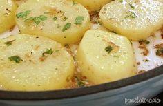 Essa batata é um dos melhores acompanhamentos EVER! Nem sei se existe receita tradicional de batata sauté, mas a minha é assim: Cozinho as batatas em rodelas sem deixar ficar muito mole, senão desm…