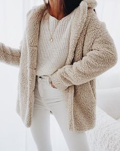 The Teddy Coat Trend 2017 Street Style Mode Frauen The Ted . The Teddy Coat Trend 2017 Street Style Mode Frauen The Ted . Winter Outfits For Teen Girls, Winter Mode Outfits, Winter Fashion Outfits, Casual Outfits, Cute Outfits, Casual Jeans, Dress Casual, Fashion Clothes, Jackets Fashion