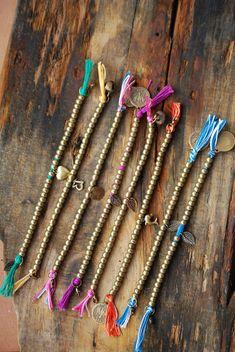 {embroidery thread, seed beads; create tassels} b e a c h & e a u: PULSERAS DE GRUESAS CUENTAS DE METAL E HILOS DE COLORES.....ahora también con colgantes variados......ideales para llevar...