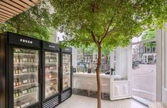 Een organisch en fresh interieur - wonen voor mannen - the cold pressed juicery, amsterdam, green, fresh, groenten, boom, interieur