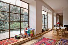 Una serie di vetrate in successione si aprono sul cortile esterno trasformato  in una sorta di giardino all'inglese. Davanti alla prima finestra, The Kaleidoskope House: una casa in stile modernista i