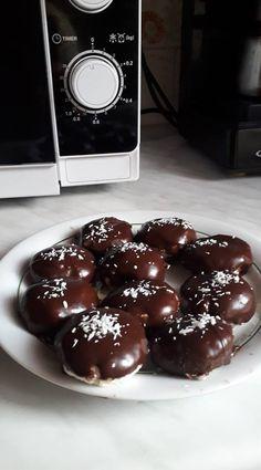 A hűtőben volt még egy kis túró, valami finomat akartam készíteni, íme a: Túrórudi bonbon! - Ketkes.com Hungarian Recipes, Chocolate Cookies, Doughnut, Sweet Treats, Deserts, Dessert Recipes, Pudding, Sweets, Snacks