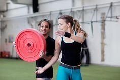 Cómo lograr resultados asombrosos con tan solo un disco de pesas | Muy Fitness
