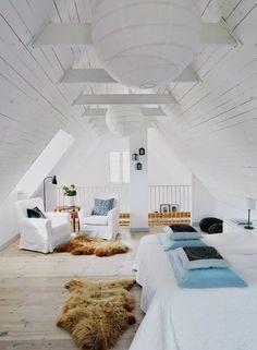 Witte slaapkamer op zolder - houten plafond