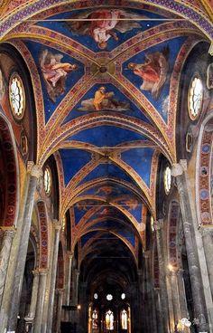 今天给大家带来意大利教堂系列的第一篇介绍——坐落在万神殿遗址旁的神庙遗址圣母堂。教堂内景,美丽的哥特式蓝色天顶教堂坐落在万神殿旁很小的米涅尔瓦广场(Piazza della Minerva)。一头由贝尔尼尼设计的大象驼着方尖塔,几百年不变地站立在并不起眼的教堂前。如果不是预先知道,谁又会去想,这竟是罗马唯一一座哥特式教堂呢?谁又会想
