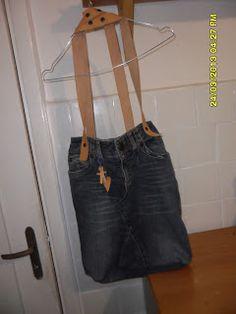 Borsa jeans  Avete jeans che non usate più? Volete una borsa esclusiva? Se volete farvela confezionare contattatemi sul mio blog  http://ilavoridiangy.blogspot.com