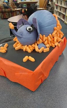 Amazing No-Carve Pumpkin Decorating Ideas - FarmFoodFamily Cute elephant eating marshmallow peanuts Office Halloween Costumes, Halloween Projects, Halloween Pumpkins, Halloween Fun, Halloween Decorations, Fall Projects, Class Projects, Diy Projects, Pumpkin Art