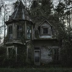 This spooky house is strangely beautiful to me.I guess I just see beauty in places where others do not :) Abandoned Buildings, Old Abandoned Houses, Abandoned Castles, Old Buildings, Abandoned Places, Abandoned Malls, Abandoned Vehicles, Abandoned Train, Creepy Houses