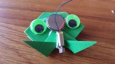 Met een klein trilmotortje en een klein stukje dik papier kun je een kikker vouwen. Je bevestig hier een klein trilmotortje op met een batterij, en de kikker gaat sprinten. Je kunt natuurlijk ook iets anders van papier vouwen. Link naar de beschrijving van de kikker robot Neem een stukje A7 karton Vouw de kikker …