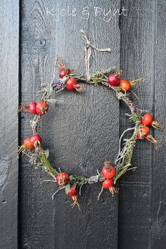 Kranz aus Rosengestrüpp * wreath from old Rose bushes Fall Wreaths, Door Wreaths, Christmas Wreaths, Christmas Decorations, Christmas Diy, Holiday, Old Rose, Deco Floral, Floral Design