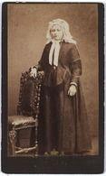 Tilburg. Vermoedelijk: Antoinette Johanna van LOON (Lage Mierde 1860 - Tilburg 1931, gefotografeerd in rijke Brabantse klederdracht. Zij trouwde met Petrus Hubertus Knegtel (Tilburg 1847-1921), tabakshandelaar.  #NoordBrabant