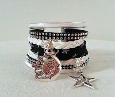 """Bracelet Manchette breloques Liberty """"La tête dans les étoiles """" noir et blanc suédine strass simili cuir : Bracelet par libertylily"""