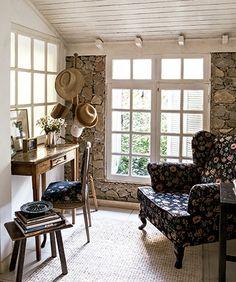 Para receber hóspedes, a mineira Zenilca Navarro construiu em seu jardim, em Tiradentes, uma segunda casinha de 65 m² e a decorou com preciosidades