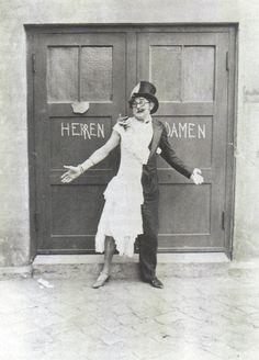 """Wilhelm Bendow as a female martian in the comedy revue """"Zeppelin 1000 auf dem Mars"""" 1929"""