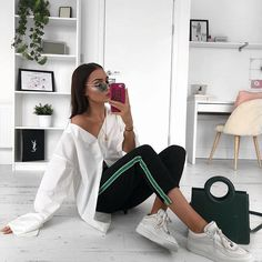 Can we restart Monday? Because I have just got mine off to the worst start ‍♀️ Loving green details at the moment though and this @boohoo outfit is THE comfiest. Shirt DZZ50706 Joggers DZZ35428