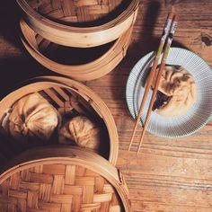 Connaissez-vous les #banhbao , cette savoureuse Brioche vapeur vietnamienne 🤗☺️ on vous fait découvrir ou redécouvrir cette recette avec un petit tuto en story les amis 😋 on a préparé une petite farce de porc caramélisé vous nous en direz des nouvelles 😄😉 Bon appétit bien sûr et bon week-end les petits choux 😃  #tutocuisine #recettefacile #instagood #instafood #instafoodgram #recipe #recipeoftheday #recettedujour #pauldebauche #blogcuisine #cuisinevietnamienne #cooking #cookingathom Bon Weekend, Bon Appetit Bien Sur, Week End, Picnic, Vietnamese Cuisine, Brioche, Home Made, Picnics