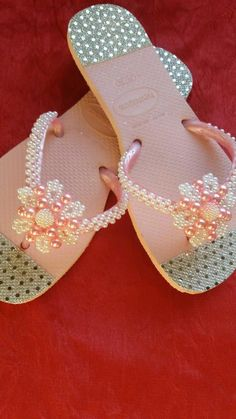 Lindas havaianas customizadas Beaded Beads, Beaded Shoes, Beaded Sandals, Ribbon Flip Flops, Bling Flip Flops, Glitter Sandals, Cute Sandals, Flip Flop Slippers, Flip Flop Sandals