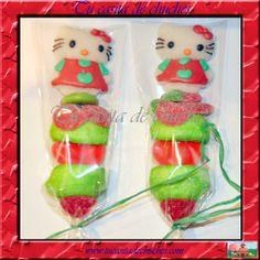 Brochetas chuches Navidad Hellow Kitty. Disponible en www.tucasitadechuches.com