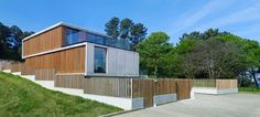 Vivienda unifamiliar en Punta Canide. A Coruña. #madera #hormigón / Family house. Wood. Concrete. Vertical wood slats fence. Design. Architecture. Landscape integration