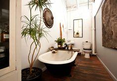 kleine-und-moderne-badezimmer-mit-badewanne-und-holzfußboden_kreative-badezimmer-ideen-für-moderne-badeeinrichtung-mit-freistehender-badewanne-schwarz