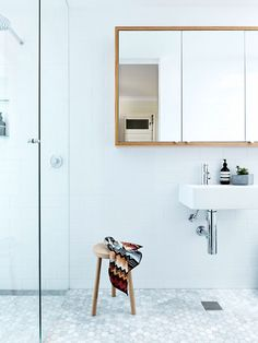 The wood stands out beautofully thanks to the siple sink and white tiles. Love the colour and material combo.