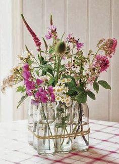 Começa oficialmente neste final da tarde a primavera e com ela muitas, muitas flores e a energia positiva que elas carregam.A seguir, algumas dicas de fazer arranjos diferentes para marcar esta data. Se inspirem!!Arranjos em garrafas de todos os tiposDá para usar materiais diferenciados, como garraf