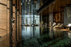 Four Seasons Hotel Pudong Spa Pool Luxury Swimming Pools, Luxury Pools, Swimming Pool Designs, Pool Spa, Hotel Pool, Indoor Pools, Sauna Wellness, Piscina Do Hotel, Pool Water Features