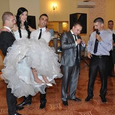 Furatul miresei este cel mai urat obicei la nunțile din România - FotoTime.ro Mai, Posts, Formal Dresses, Blog, Photography, Wedding, Fashion, Casamento, Messages